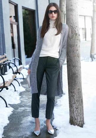 Wie kombinieren: graue Strick Strickjacke mit einer offenen Front, weißer Rollkragenpullover, dunkelgraue Wollanzughose, silberne Leder Ballerinas