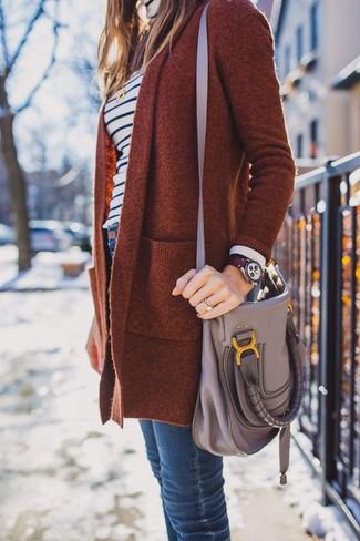 Wie kombinieren: rotbraune Strickjacke mit einer offenen Front, weißer und dunkelblauer horizontal gestreifter Rollkragenpullover, dunkelblaue enge Jeans, graue Leder Umhängetasche