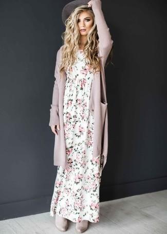 Wie kombinieren: rosa Strickjacke mit einer offenen Front, weißes Maxikleid mit Blumenmuster, graue Chelsea-Stiefel aus Wildleder, grauer Hut