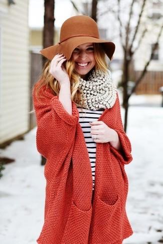 Rote Strickjacke kombinieren – 65 Damen Outfits: Eine rote Strickjacke und ein weißes und schwarzes horizontal gestreiftes Langarmshirt sind super geeignet, um einen schicken Freizeit-Look zu zaubern.