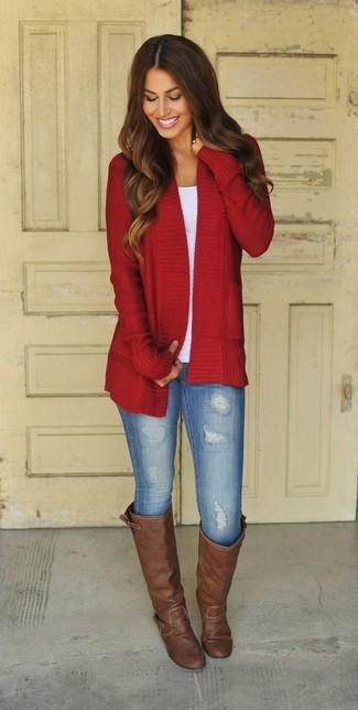 Rote Strickjacke kombinieren – 65 Damen Outfits: Beherrschen Sie den schicken ultralässigen Alltags-Stil mit einer roten Strickjacke und hellblauen Jeansleggings. Fühlen Sie sich ideenreich? Ergänzen Sie Ihr Outfit mit dunkelbraunen kniehohe Stiefeln aus Leder.