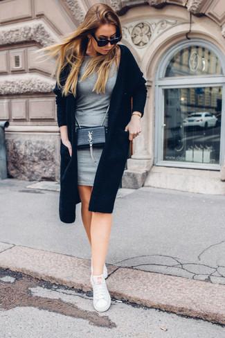 Wie kombinieren: schwarze Strickjacke mit einer offenen Front, graues figurbetontes Kleid, weiße niedrige Sneakers, schwarze Leder Umhängetasche