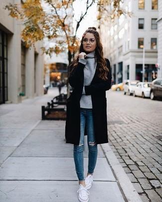 Dunkelgrauen Pullover mit einer weiten Rollkragen kombinieren – 36 Damen Outfits: Um einen interessanten Casual-Look zu zaubern, sind ein dunkelgrauer Pullover mit einer weiten Rollkragen und blaue enge Jeans mit Destroyed-Effekten ganz super geeignet. Weiße niedrige Sneakers fügen sich nahtlos in einer Vielzahl von Outfits ein.