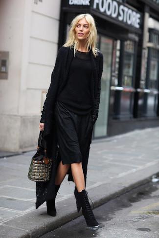 Wie kombinieren: schwarze Strick Strickjacke mit einer offenen Front, schwarzer Strickpullover, schwarzes Camisole-Kleid, schwarze Schnürstiefeletten aus Wildleder