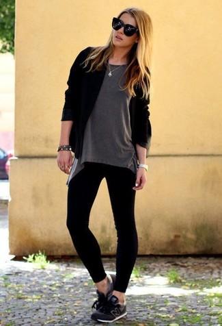 Wie kombinieren: schwarze Strickjacke mit einer offenen Front, graues T-Shirt mit einem Rundhalsausschnitt, schwarze Leggings, schwarze Sportschuhe