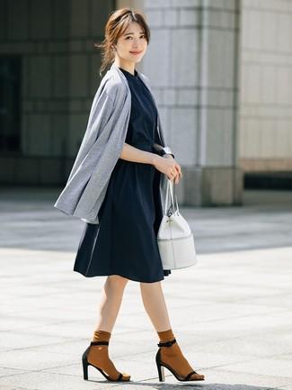 Wie kombinieren: graue Strickjacke mit einer offenen Front, dunkelblaues Shirtkleid, schwarze Wildleder Sandaletten, weiße Leder Beuteltasche