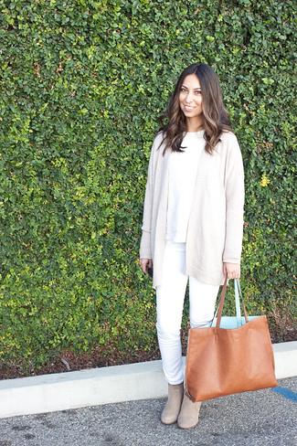 Wie kombinieren: hellbeige Strickjacke mit einer offenen Front, weißer Strickpullover, weiße Jeans, hellbeige Wildleder Stiefeletten
