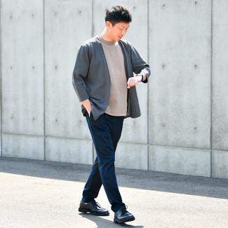 Herbst Outfits Herren 2021: Kombinieren Sie eine dunkelgraue Strickjacke mit einer offenen Front mit einer dunkelblauen Chinohose, um mühelos alles zu meistern, was auch immer der Tag bringen mag. Dunkelblaue Leder Derby Schuhe sind eine einfache Möglichkeit, Ihren Look aufzuwerten. Das Outfit wird zu Herbst pur.