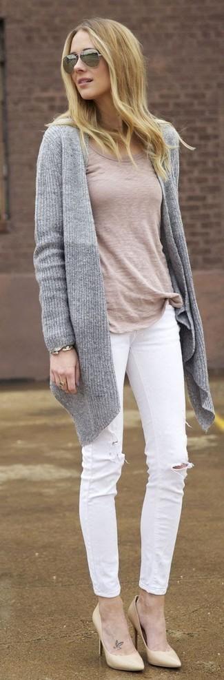 Wie kombinieren: graue Strick Strickjacke mit einer offenen Front, hellbeige T-Shirt mit einem Rundhalsausschnitt, weiße enge Jeans mit Destroyed-Effekten, hellbeige Leder Pumps