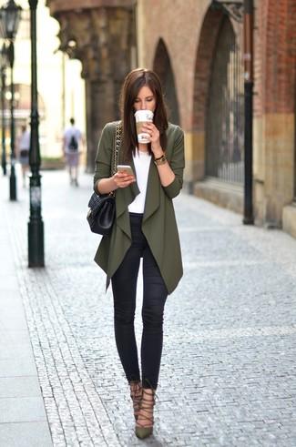 Olivgrüne Strickjacke kombinieren – 32 Damen Outfits: Eine olivgrüne Strickjacke und schwarze enge Jeans werden zum ultimativen All-Time-Basic-Look. Komplettieren Sie Ihr Outfit mit olivgrünen Leder Pumps.