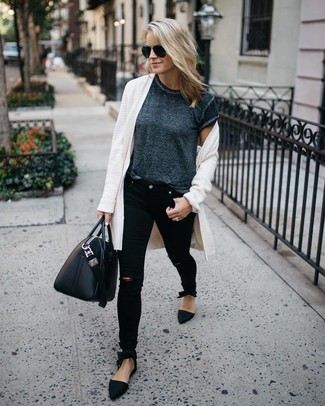 Wie kombinieren: weiße Strickjacke mit einer offenen Front, dunkelgraues T-Shirt mit einem Rundhalsausschnitt, schwarze enge Jeans mit Destroyed-Effekten, schwarze Wildleder Slipper