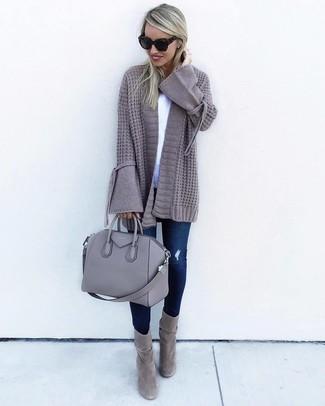 Eine graue strick strickjacke mit einer offenen front von DKNY und dunkelblaue enge jeans mit destroyed-effekten sind das Outfit Ihrer Wahl für faule Tage. Graue wildleder stiefeletten bringen klassische Ästhetik zum Ensemble.