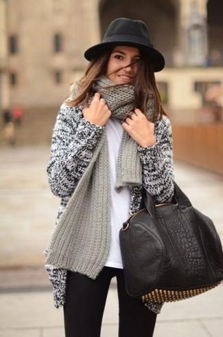 Entscheiden Sie sich für ein weißes t-shirt mit einem rundhalsausschnitt von Closed und schwarzen enge jeans, um einen schicken, glamurösen Look zu erhalten.