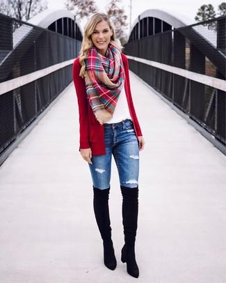 Wie kombinieren: rote Strickjacke mit einer offenen Front, weißes T-Shirt mit einem Rundhalsausschnitt, blaue enge Jeans mit Destroyed-Effekten, schwarze Overknee Stiefel aus Wildleder
