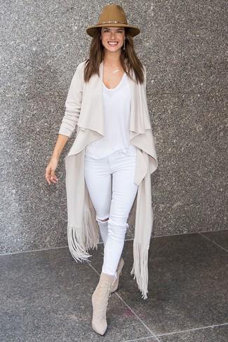 Wie kombinieren: hellbeige Strickjacke mit einer offenen Front, weißes T-Shirt mit einem Rundhalsausschnitt, weiße enge Jeans mit Destroyed-Effekten, hellbeige Schnürstiefeletten aus Wildleder