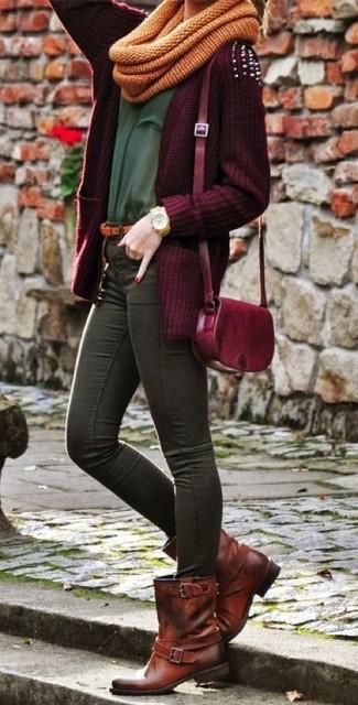 Wie kombinieren: dunkelrote Strickjacke mit einer offenen Front, dunkelgrünes T-Shirt mit einem Rundhalsausschnitt, dunkelgraue enge Jeans, dunkelbraune flache Stiefel mit einer Schnürung aus Leder