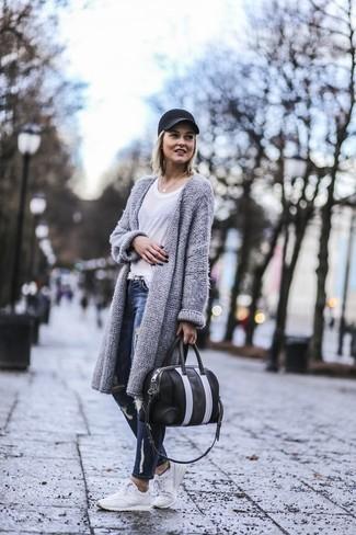 Weiße Sportschuhe kombinieren – 122 Damen Outfits: Wenn Sie nach dem perfekten lockeres Outfit suchen, probieren Sie diese Kombi aus einer grauen Strick Strickjacke mit einer offenen Front und dunkelblauen engen Jeans mit Destroyed-Effekten. Machen Sie diese Aufmachung leger mit weißen Sportschuhen.