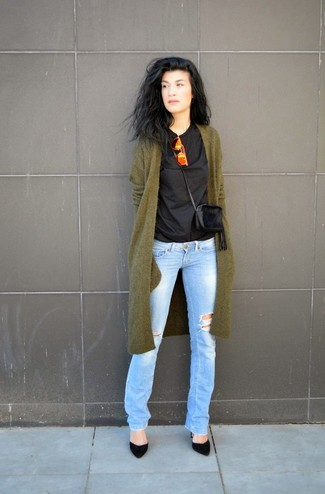 Olivgrüne Strickjacke kombinieren – 32 Damen Outfits: Probieren Sie diese Kombination aus einer olivgrünen Strickjacke und hellblauen Jeans mit Destroyed-Effekten, um einen entspannten Look zu schaffen. Schwarze Wildleder Pumps sind eine ideale Wahl, um dieses Outfit zu vervollständigen.