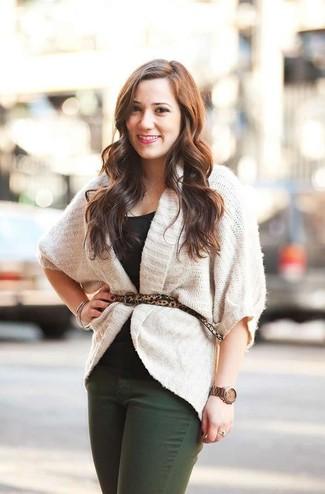 Wie kombinieren: weiße Strick Strickjacke mit einer offenen Front, schwarzes T-Shirt mit einem Rundhalsausschnitt, dunkelgrüne Jeans, beige Wildledergürtel mit Leopardenmuster