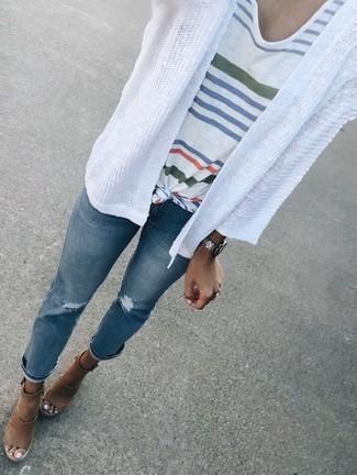 Weiße Strickjacke mit einer offenen Front kombinieren – 69 Damen Outfits: Probieren Sie die Paarung aus einer weißen Strickjacke mit einer offenen Front und blauen Jeans mit Destroyed-Effekten für ein super entspanntes Outfit, das, Coolness und Charakter vermittelt. Fühlen Sie sich mutig? Entscheiden Sie sich für braunen Keilsandaletten aus Leder.