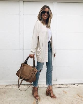 Wie kombinieren: hellbeige Strickjacke mit einer offenen Front, weißes T-Shirt mit einem Rundhalsausschnitt, blaue Jeans mit Destroyed-Effekten, braune Wildleder Sandaletten