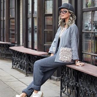 Wie kombinieren: graue Strickjacke mit einer offenen Front, hellbeige T-Shirt mit einem Rundhalsausschnitt, graue Jogginghose, weiße Leder Slipper