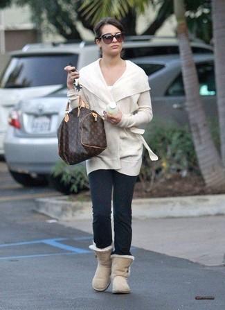 Wie kombinieren: weiße Strickjacke mit einer offenen Front, weißes T-Shirt mit einem Rundhalsausschnitt, dunkelgraue Leggings, hellbeige Ugg Stiefel