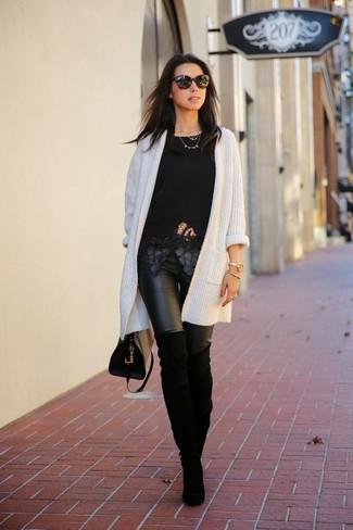 Wie kombinieren: weiße Strick Strickjacke mit einer offenen Front, schwarzes Spitze T-Shirt mit einem Rundhalsausschnitt, schwarze Lederleggings, schwarze Overknee Stiefel aus Wildleder