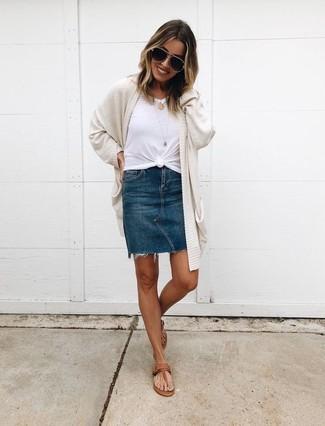 Wie kombinieren: hellbeige Strickjacke mit einer offenen Front, weißes T-Shirt mit einem Rundhalsausschnitt, dunkelblauer Jeans Minirock, braune Leder Zehentrenner