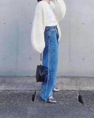 weiße Strick Strickjacke mit einer offenen Front, weißes T-Shirt mit einem Rundhalsausschnitt, blaue weite Hose aus Jeans, silberne Leder Slipper für Damen