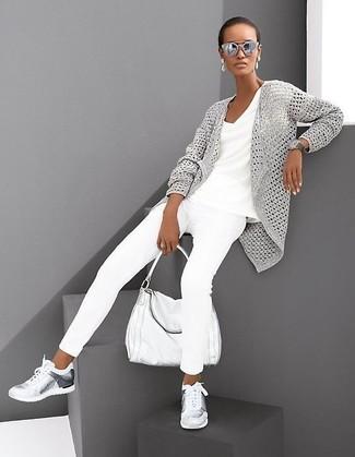 Wie kombinieren: graue Strick Strickjacke mit einer offenen Front, weißes T-Shirt mit einem V-Ausschnitt, weiße enge Jeans, silberne Sportschuhe