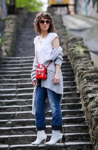 Wie kombinieren: graue Strick Strickjacke mit einer offenen Front, weißes T-Shirt mit einem V-Ausschnitt, blaue Jeans, weiße Schnürstiefeletten aus Leder