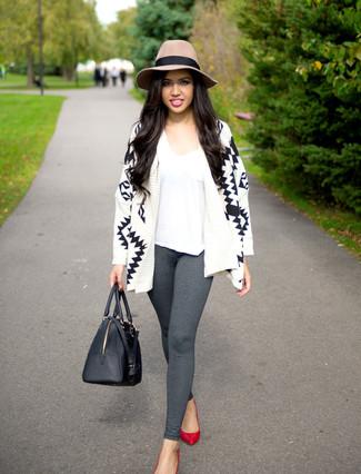 Graue Leggings kombinieren – 39 Damen Outfits: Um eine super entspannte und coole Silhouette zu zaubern, entscheiden Sie sich für eine weiße und schwarze Strickjacke mit einer offenen Front mit geometrischem Muster und grauen Leggings. Rote Leder Pumps sind eine gute Wahl, um dieses Outfit zu vervollständigen.