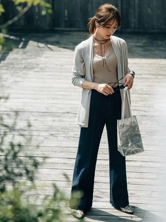 Wie kombinieren: graue Strickjacke mit einer offenen Front, hellbeige T-Shirt mit einem V-Ausschnitt, dunkelblaue weite Hose aus Jeans, graue Leder Stiefeletten mit Schlangenmuster