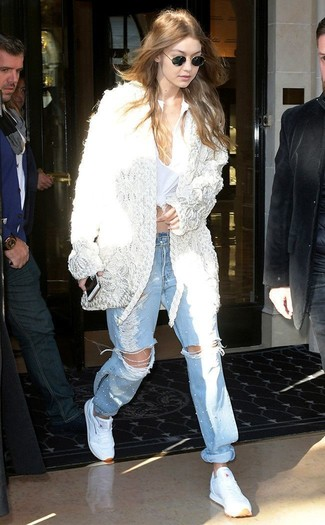Wie kombinieren: weiße Häkel Strickjacke mit einer offenen Front, weißes T-shirt mit einer Knopfleiste, hellblaue Boyfriend Jeans mit Destroyed-Effekten, weiße Sportschuhe