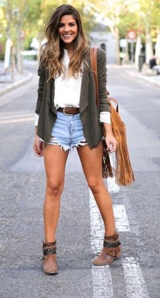 Olivgrüne Strickjacke kombinieren – 32 Damen Outfits: Probieren Sie die Kombination aus einer olivgrünen Strickjacke und hellblauen Jeansshorts, um sich selbstbewusst zu fühlen und stilvoll auszusehen. Braune Leder Stiefeletten sind eine kluge Wahl, um dieses Outfit zu vervollständigen.