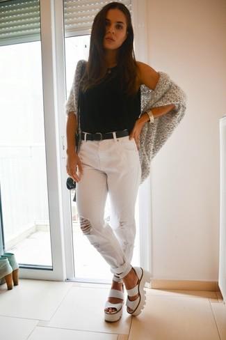 Wie kombinieren: graue Strick Strickjacke mit einer offenen Front, schwarzes Trägershirt, weiße Boyfriend Jeans mit Destroyed-Effekten, weiße klobige Leder Sandaletten