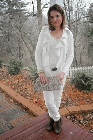 50 Jährige: Beige Wildleder Clutch mit Leopardenmuster kombinieren – 1 Damen Outfits: Dieses tolle Outfitsetzt sich aus einer weißen Strickjacke mit einer offenen Front und einer beige Wildleder Clutch mit Leopardenmuster. Dunkelbraune Leder Stiefeletten sind eine ideale Wahl, um dieses Outfit zu vervollständigen.