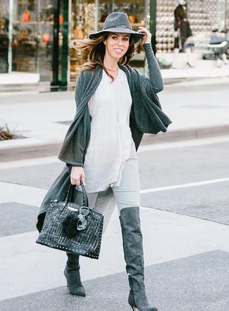 Wie kombinieren: dunkelgraue Strickjacke mit einer offenen Front, graues Trägershirt, graue enge Jeans, dunkelgraue Overknee Stiefel aus Wildleder