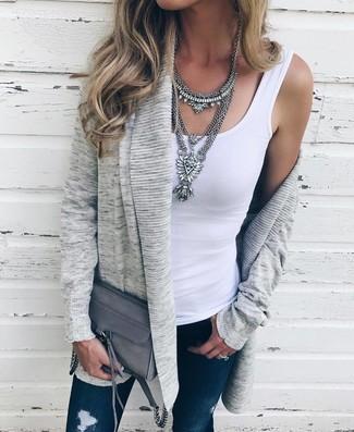 Wie kombinieren: graue Strickjacke mit einer offenen Front, weißes Trägershirt, dunkelblaue enge Jeans mit Destroyed-Effekten, graue Leder Umhängetasche