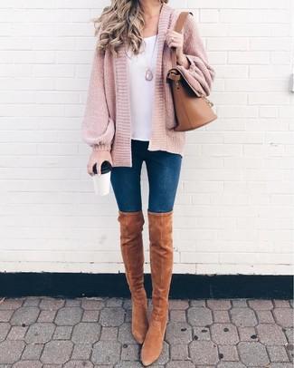 Wie kombinieren: rosa Strick Strickjacke mit einer offenen Front, weißes Trägershirt, dunkelblaue enge Jeans, beige Overknee Stiefel aus Wildleder