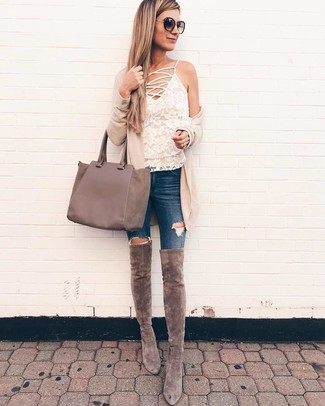 Wie kombinieren: hellbeige Strickjacke mit einer offenen Front, weißes Spitze Trägershirt, dunkelblaue enge Jeans mit Destroyed-Effekten, graue Overknee Stiefel aus Wildleder