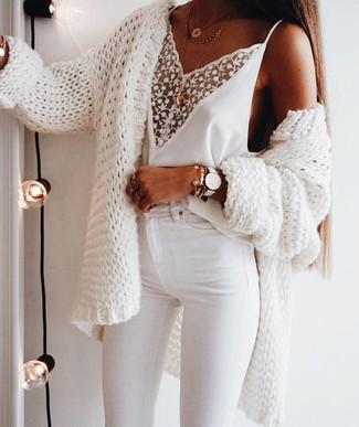 Wie kombinieren: weiße Strick Strickjacke mit einer offenen Front, weißes Spitze Trägershirt, weiße enge Jeans, goldener Anhänger