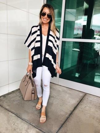 Weißes Spitze Trägershirt kombinieren: trends 2020: Trendige Fassungen eines weißen Spitze Trägershirts und weißen enger Jeans mit Destroyed-Effekten geben Ihnen die Möglichkeit, Ihren Freizeit-Look immer wieder neu zu erfinden. Beige flache Sandalen aus Leder sind eine perfekte Wahl, um dieses Outfit zu vervollständigen.