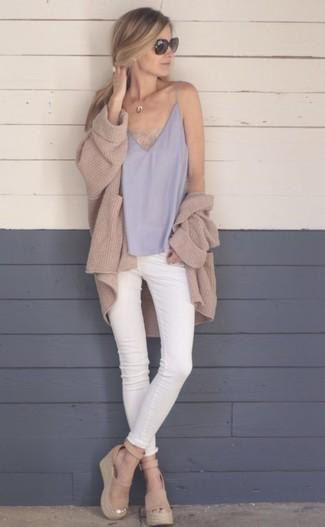 Wie kombinieren: beige Strick Strickjacke mit einer offenen Front, graues Seide Trägershirt, weiße enge Jeans, beige Keilsandaletten aus Wildleder