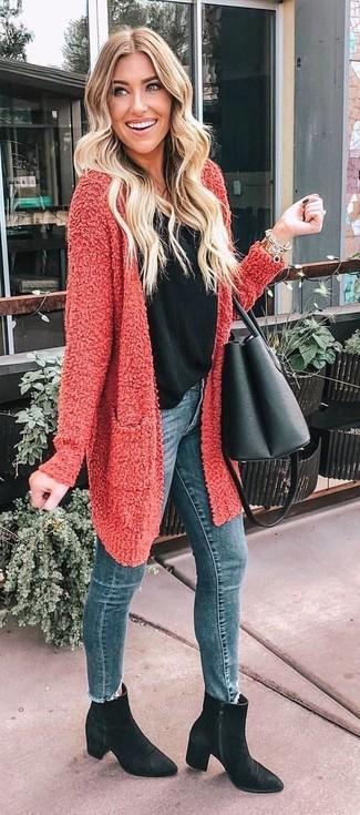 Wie kombinieren: rote Strickjacke mit einer offenen Front mit Reliefmuster, schwarzes Trägershirt, blaue enge Jeans, schwarze Wildleder Stiefeletten