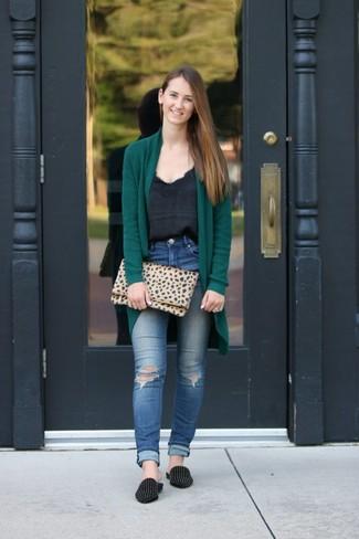 Wie kombinieren: dunkelgrüne Strickjacke mit einer offenen Front, schwarzes Seide Trägershirt, blaue enge Jeans mit Destroyed-Effekten, schwarze beschlagene Wildleder Slipper