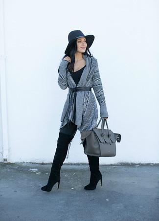 Für ein bequemes Couch-Outfit, paaren Sie eine graue strick strickjacke mit einer offenen front von DKNY mit schwarzen leggings. Schwarze overknee stiefel aus wildleder sind eine einfache Möglichkeit, Ihren Look aufzuwerten.