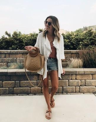 Wie kombinieren: weiße Strickjacke mit einer offenen Front, braunes Trägershirt, blaue Jeansshorts, braune Leder Zehentrenner