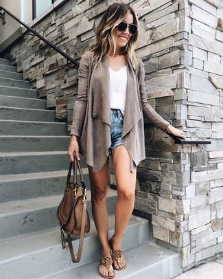 Weißes Spitze Trägershirt kombinieren: trends 2020: Erwägen Sie das Tragen von einem weißen Spitze Trägershirt und blauen Jeansshorts, umeinen frischen, legeren Look zu zaubern, der in der Garderobe der Frau auf keinen Fall fehlen darf. Wenn Sie nicht durch und durch formal auftreten möchten, wählen Sie braunen Leder Zehentrenner.